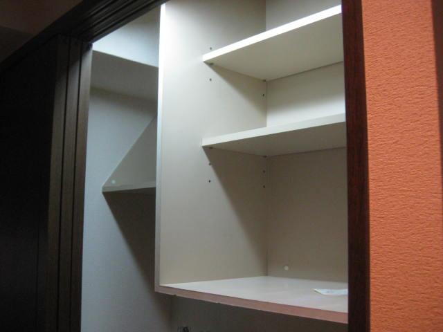 洗濯機置き場の戸棚