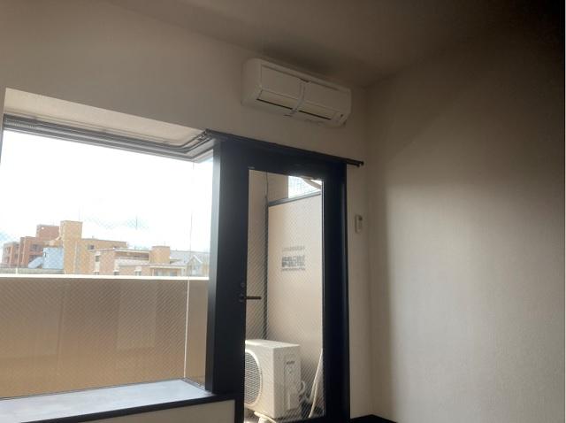 エアコンと窓側開口部写真